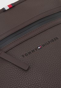Tommy Hilfiger - ESSENTIAL CROSSOVER UNISEX - Across body bag - brown - 3