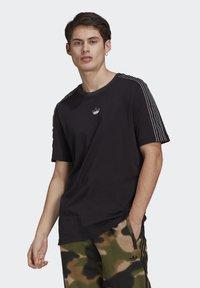 adidas Originals - STRIPE UNISEX - T-shirt med print - black/chalk white - 0