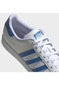 adidas Originals - SUPERSTAR UNISEX - Trainers - ftwr white/true blue/gold met. - 8