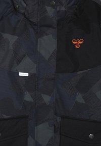 Hummel - HMLTRAVIS SKIJACKET - Snowboard jacket - dark navy/olive night - 4