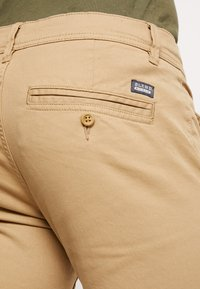 Blend - BHNATAN PANTS - Pantalones chinos - sand brown - 5