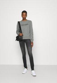 Calvin Klein Jeans - MID RISE SKINNY - Skinny džíny - grey double shank - 1