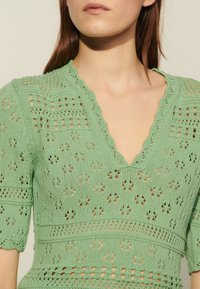 sandro - JOE - Print T-shirt - vert amande - 4