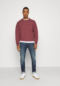 Levi's® - PREMIUM HEAVYWEIGHT CREW - Felpa - biking red heather - 1