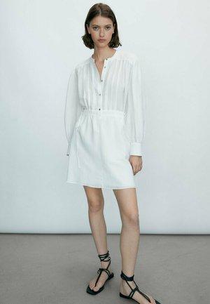 MIT GERAFFTER TAILLE  - Sukienka koszulowa - white