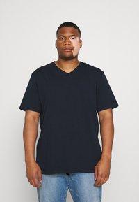 Johnny Bigg - ESSENTIAL V NECK TEE - Basic T-shirt - navy - 0