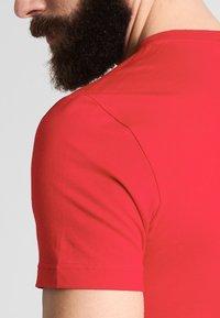 Lacoste - T-shirt basique - rouge - 4