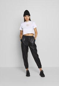 SIKSILK - LUXURY CROP TEE - T-shirt z nadrukiem - white - 1