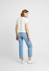 Levi's® - GRAPHIC SURF TEE - T-shirt z nadrukiem - cloud dancer - 2
