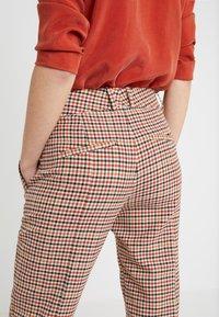 DRYKORN - LOAD - Kalhoty - orange check - 3