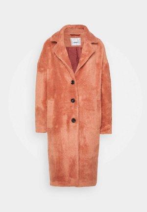 ONLLAYLA HAIRY LONG COAT - Klasický kabát - desert sand