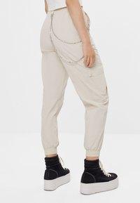 Bershka - MIT KETTE - Kalhoty - white - 2