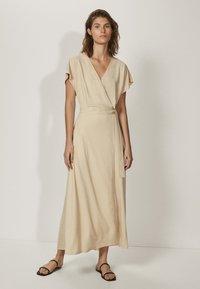 Massimo Dutti - KIMONO-MIT SCHLEIFE  - Sukienka z dżerseju - beige - 0