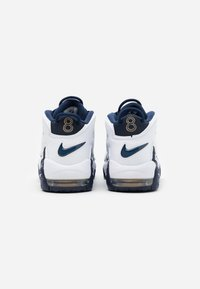 Nike Sportswear - AIR MORE UPTEMPO  - Vysoké tenisky - white/midnight navy/metallic gold/university red - 2