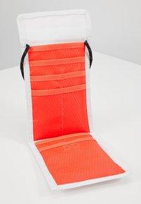 Jordan - TRI FOLDPOUCH - Wallet - white/infrared - 4
