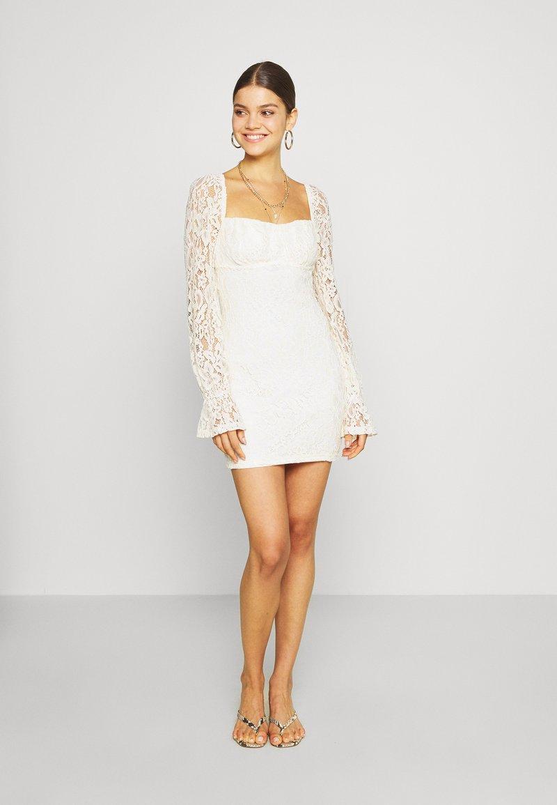 NA-KD - RUCHED MINI DRESS - Vestido de cóctel - off white