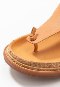 Clarks - TRACE SHORE - Sandalias de dedo - light tan - 2