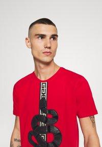 Glorious Gangsta - DEVANEY  - T-shirt z nadrukiem - red - 3