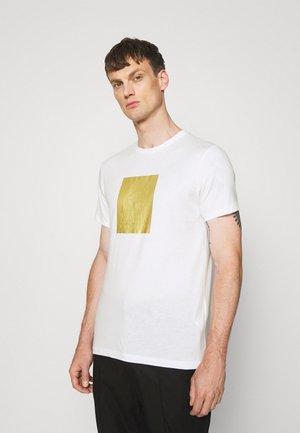 CREWNECK - T-shirt con stampa - white/gold
