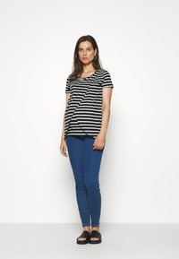 MAMALICIOUS - MLOLINA IRIS - T-shirts med print - black/snow white - 1