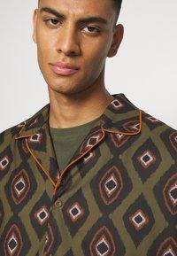 Mennace - PEACOCK PATTERN REVERE SHIRT - Shirt - dark green - 4