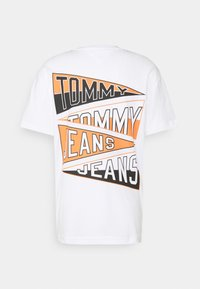 Tommy Jeans - BACK GRAPHIC TEE UNISEX - Print T-shirt - white - 7