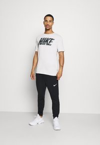 Nike Performance - DRY TEE BLOCK - Camiseta estampada - grey fog - 1