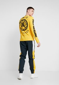 Nike Sportswear - PANT SIGNATURE - Trainingsbroek - seaweed/university gold/summit white - 2