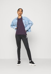 adidas Originals - SPORTS INSPIRED SHORT SLEEVE  - Camiseta estampada - noble purple - 1