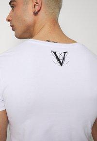 Volé la lumière - RHINESTONE SKULL - Print T-shirt - white - 5