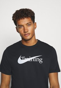 Nike Performance - T-shirt imprimé - black - 3