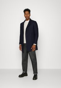 Isaac Dewhirst - HIDDEN BUTTON PLACKET - Cappotto classico - navy - 1