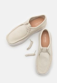 Clarks Originals - WALLABEE CUP - Casual lace-ups - white - 5
