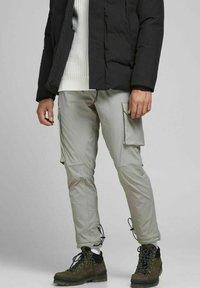 Jack & Jones - GORDON BLAKE - Pantalon cargo - drizzle - 0