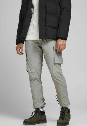GORDON BLAKE - Pantalon cargo - drizzle
