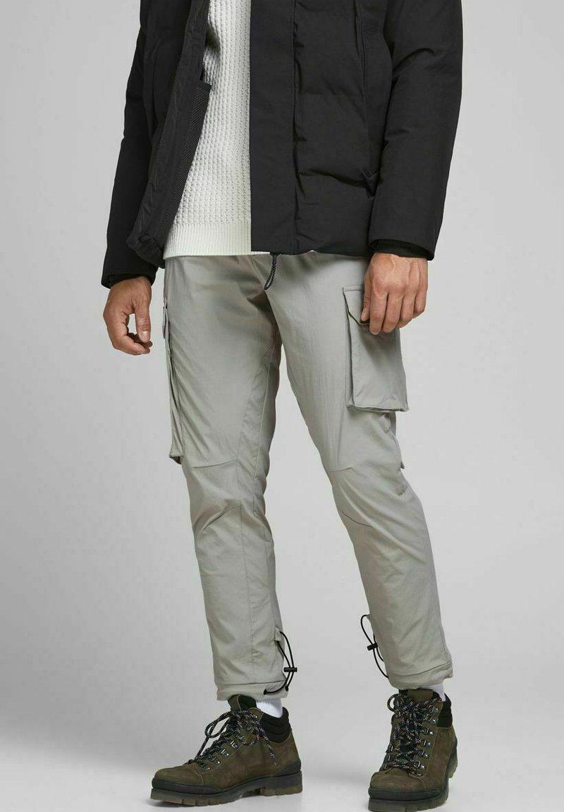 Jack & Jones - GORDON BLAKE - Pantalon cargo - drizzle