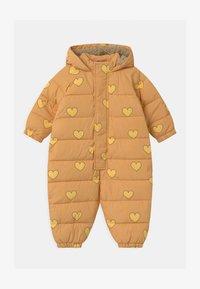 TINYCOTTONS - HEARTS PADDED ONE-PIECE - Combinaison de ski - camel/yellow - 0