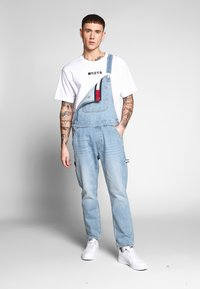 Tommy Jeans - DUNGAREE - Latzhose - light-blue denim - 0
