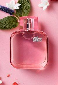 Lacoste Fragrances - L.12.12 POUR ELLE SPARKLING EAU DE TOILETTE - Woda toaletowa - - - 3