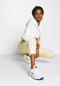 adidas Originals - LOCK UP ADICOLOR NYLON TRACK PANTS - Joggebukse - easy yellow/white - 1