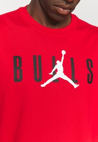 Nike Performance - NBA CHICAGO BULLS JORDAN STATEMENT TEE - Klubbkläder - university red - 6