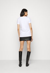 Patrizia Pepe - FLY LOGO TEE - Print T-shirt - bianco ottico - 2