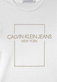 Calvin Klein Jeans - OUTLINE LOGO BOX SLIM  - Print T-shirt - white - 2