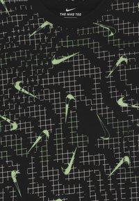 Nike Sportswear - GRAPHIC UNISEX - T-shirts med print - black/volt - 2