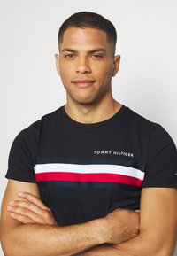 Tommy Hilfiger - GLOBAL STRIPE TEE - T-shirt imprimé - blue - 3