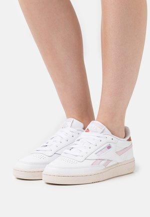 CLUB C REVENGE - Sneaker low - footwear white/frost berry/baked earth