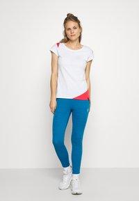 La Sportiva - CHIMNEY  - Print T-shirt - white/hibiscus - 1