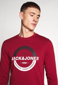 Jack & Jones - JCOSTRONG CREW NECK - Sweatshirt - rio red/melange - 4