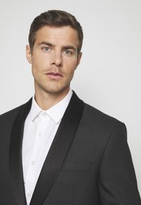 Isaac Dewhirst - RECYCLED TUX SLIM FIT - Completo - black - 6