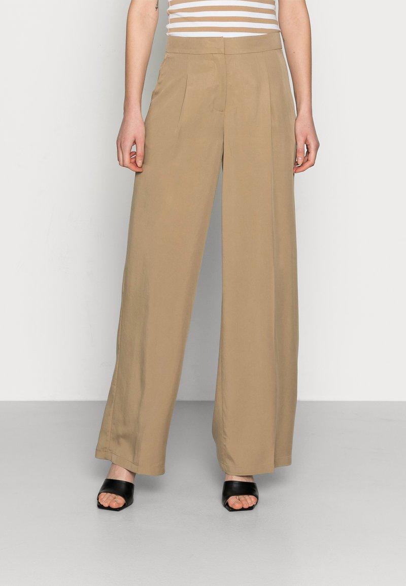 Selected Femme - SLFTINNI-PORTA WIDE PANT - Pantalon classique - kelp